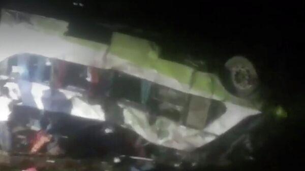 Стоп-кадр видео ДТП в Чили с участием от автобуса, упавшего в овраг