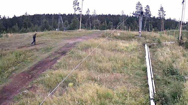 Опубликовано видео с предполагаемым убийцей двух девушек на Урале