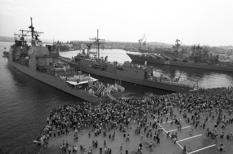 Военные корабли ВМФ США — ракетный крейсер Томас С. Гейтс и фрегат Кауфман — прибыли на главную базу Черноморского флота ВМФ СССР.