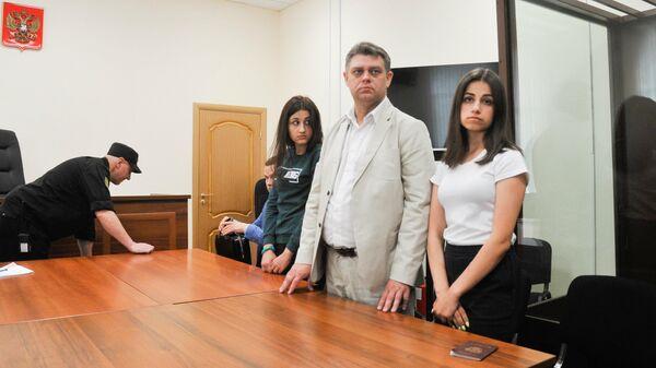 Крестина и Ангелина Хачатурян, обвиняемые в убийстве своего отца Михаила Хачатуряна, в Басманном суде Москвы