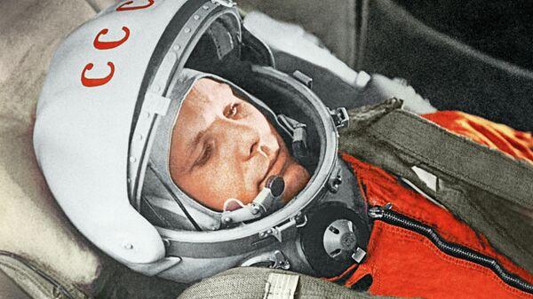 """Юрий Гагарин в кабине космического корабля """"Восток"""" во время первого в мире орбитального космического полета 12 апреля 1961 года"""