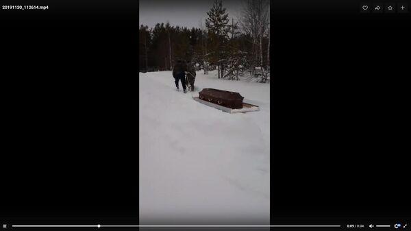 В Коми из-за нерасчищенных дорог пришлось везти покойника на санях