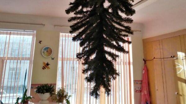 Елка, прикрепленная к потолку в детском саду в Омске
