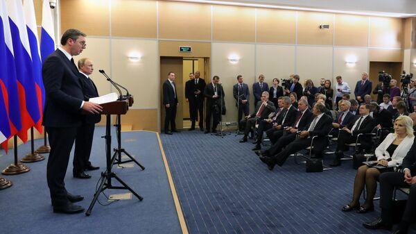 Президент РФ Владимир Путин и президент Сербии Александр Вучич на пресс-конференции по итогам переговоров в Сочи