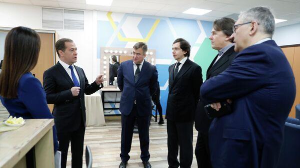 Председатель правительства РФ Дмитрий Медведев перед началом интервью российским телеканалам