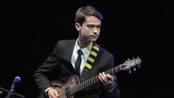 Гитарист Евгений Побожий во время выступления в Центре исполнительских искусств имени Джона Кеннеди в Вашингтоне.