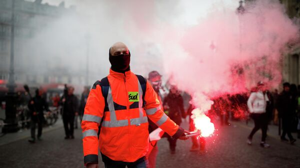 Участники протестной акции в Париже против пенсионной реформы
