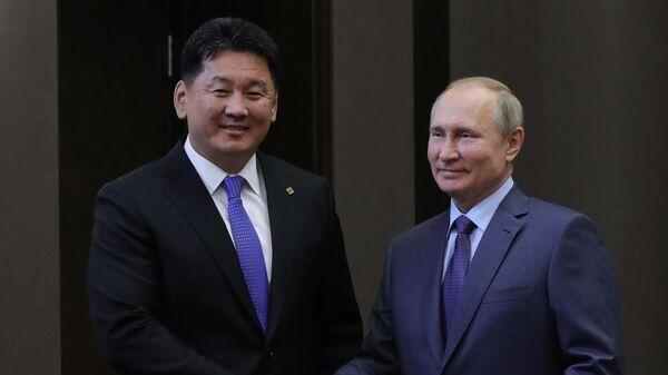Владимир Путин и премьер-министр Монголии Ухнаагийн Хурэлсух во время встречи