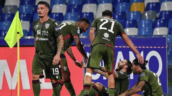 Футболисты Кальяри радуются забитому голу