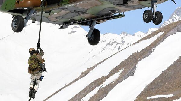 Военный вертолет во французских Альпах