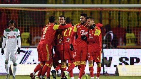 Футболисты тульского Арсенала радуются забитому мячу