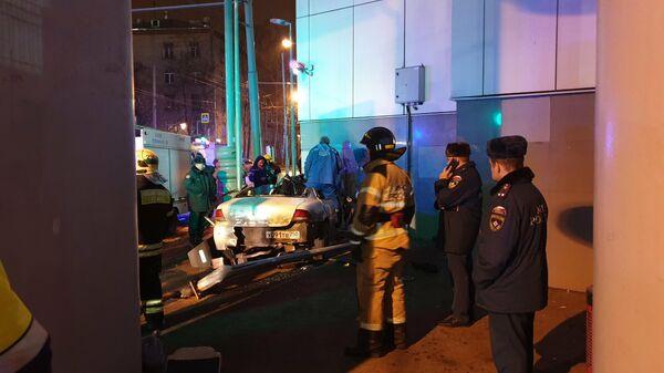 Последствия ДТП с участием автомобиля у станции МЦК Окружная в Москве