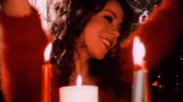 Кадр из видео к песне Мэрайи Кэри All I Want For Christmas Is You