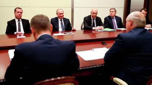 Президент России Владимир Путин и председатель правительства РФ Дмитрий Медведев во время переговоров с президентом Белоруссии Александром Лукашенко в Сочи