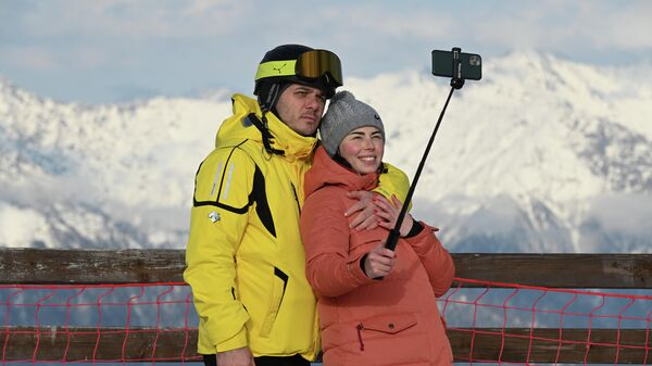 Отдыхающие на горнолыжном склоне во время открытия сезона на горном курорте Горки Город на территории Красной Поляны