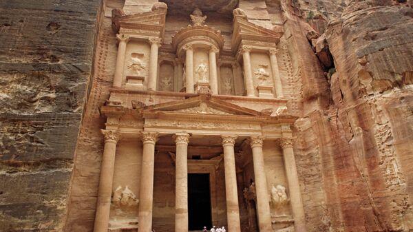 Скальный храм Эль-Хазне в Иордании
