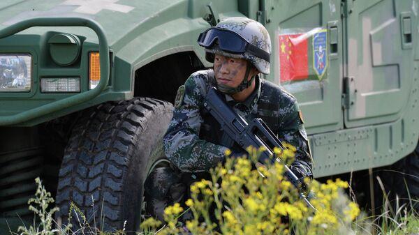 Военнослужащий КНР участвует в учениях  вооруженных сил стран-членов ШОС Мирная миссия-2018