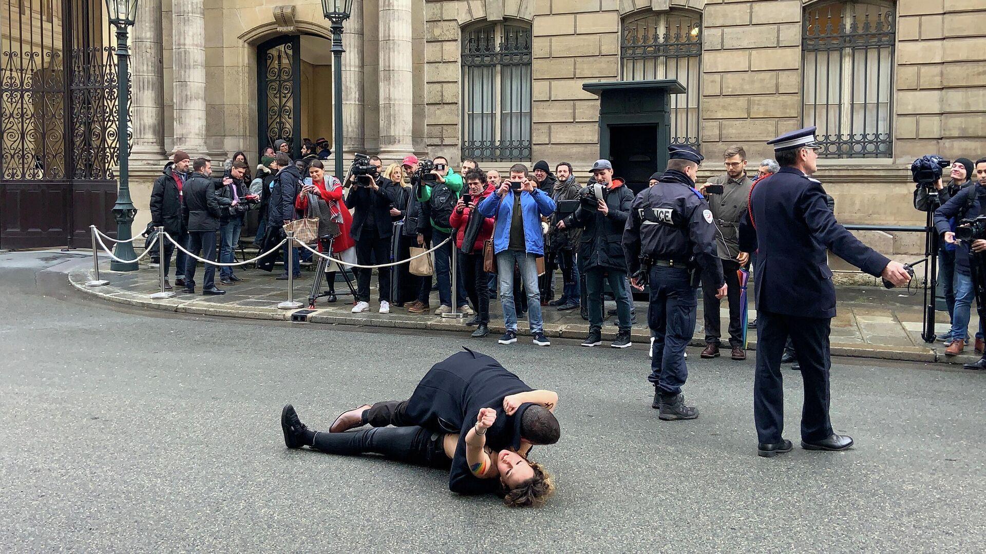 Акция Femen перед Елисейским дворцом в Париже. 9 декабря 2019 - РИА Новости, 1920, 09.12.2019