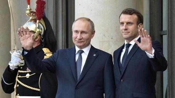 Президент РФ Владимир Путин и президент Франции Эммануэль Макрон на церемонии официальной встречи в Елисейском дворце