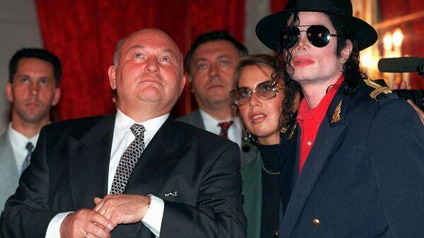 Мэр Москвы Юрий Лужков в певцом Майклом Джексоном в Москве. 1996 год