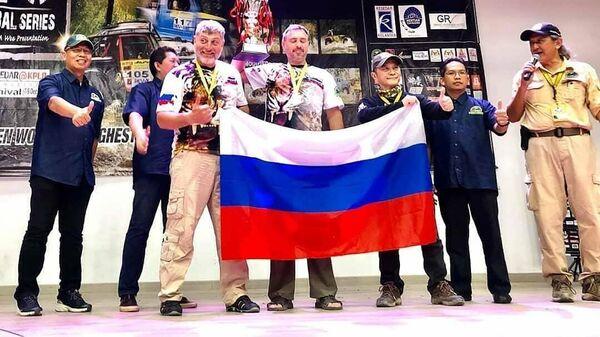 Валерий Любаренко и Андрей Катков (с флагом России)