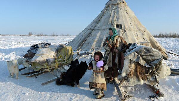 Мать с дочерью у чума в стойбище