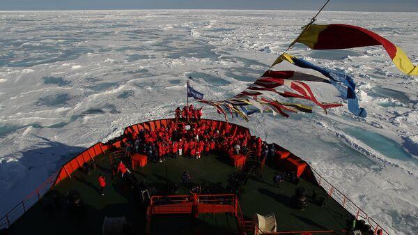 Атомный ледокол 50 лет Победы на географическом Северном полюсе