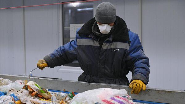 Сотрудник предприятия по переработке отходов