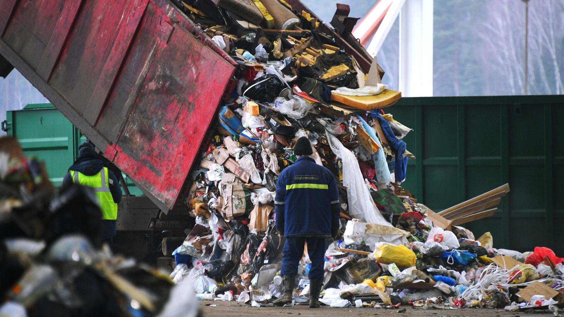 Разгрузка мусоровоза на предприятии по переработке отходов в Подмосковье - РИА Новости, 1920, 29.09.2020