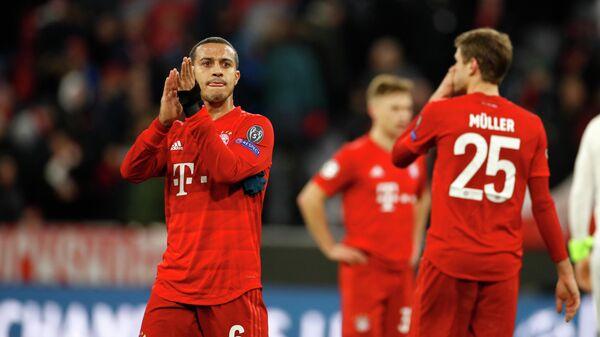 Полузащитник ФК Бавария Тьяго Алкантара (слева) и нападающий ФК Бавария Томас Мюллер