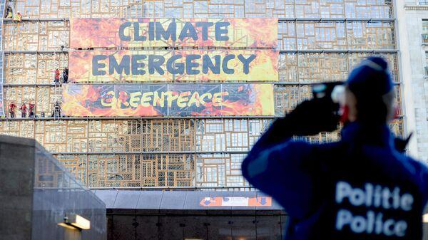 Активисты Гринпис (Greenpeace) штурмуют здание Европейского совета в Брюсселе