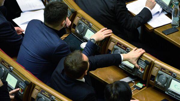 Депутаты голосуют на заседании Верховной рады Украины в Киеве
