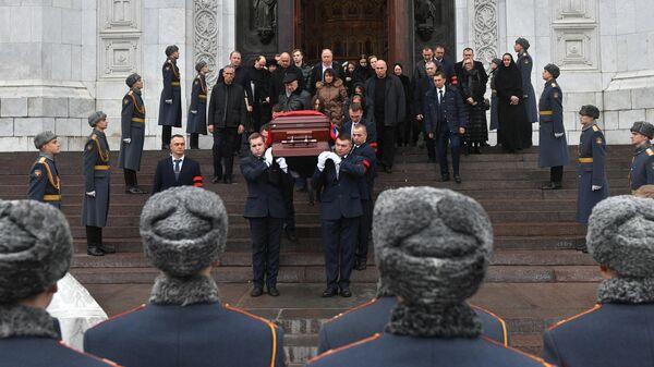 Вынос гроба с телом бывшего мэра Москвы Юрия Лужкова  после церемонии прощания в храме Христа Спасителя  в Москве