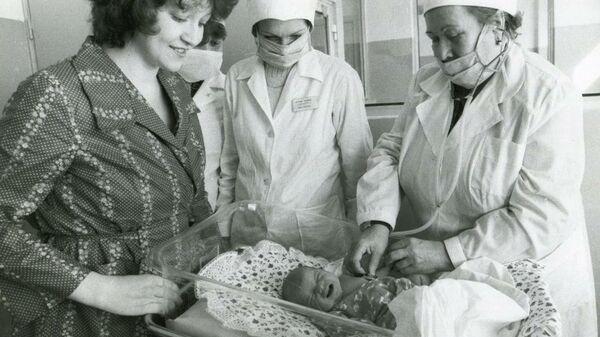 Мама Алены Ольга Александровна, Елена Калинина и старшая медсестра с новорожденной Аленой