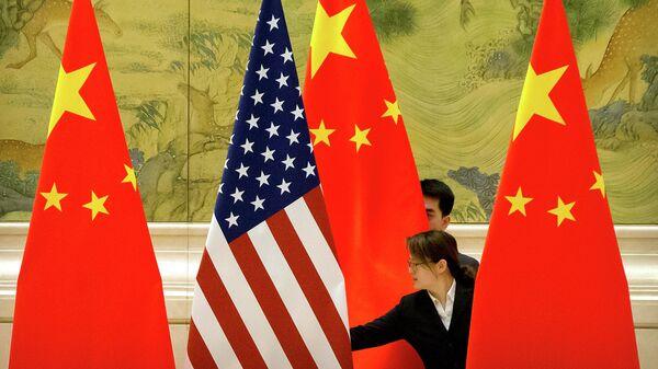 Американский и китайский флаги перед началом торговых переговоров между США и Китаем в Пекине