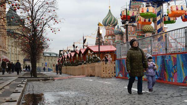 Прохожие на Красной площади в городе Москве