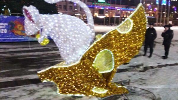 Новогодняя фигура, поврежденная водителем, устроившим дрифт вокруг новогодней елки на центральной площади Владивостока