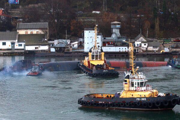 Списанная и выведенная из состава флота подводная лодка Б-380 в Южной бухте Севастополя