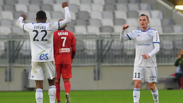 Футболисты Страсбура радуются забитому голу