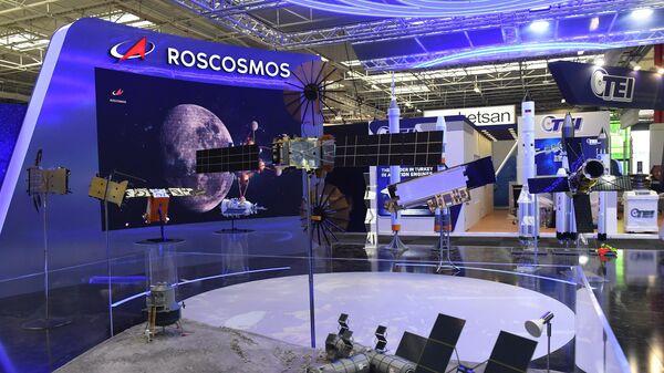 Макет участка лунной поверхности с элементами инфраструктуры пилотируемых экспедиций в павильоне Роскосмоса