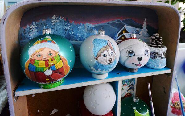 Образцы елочных игрушек, расписанных в ручную на фабрике игрушек Бирюсинка в Красноярске