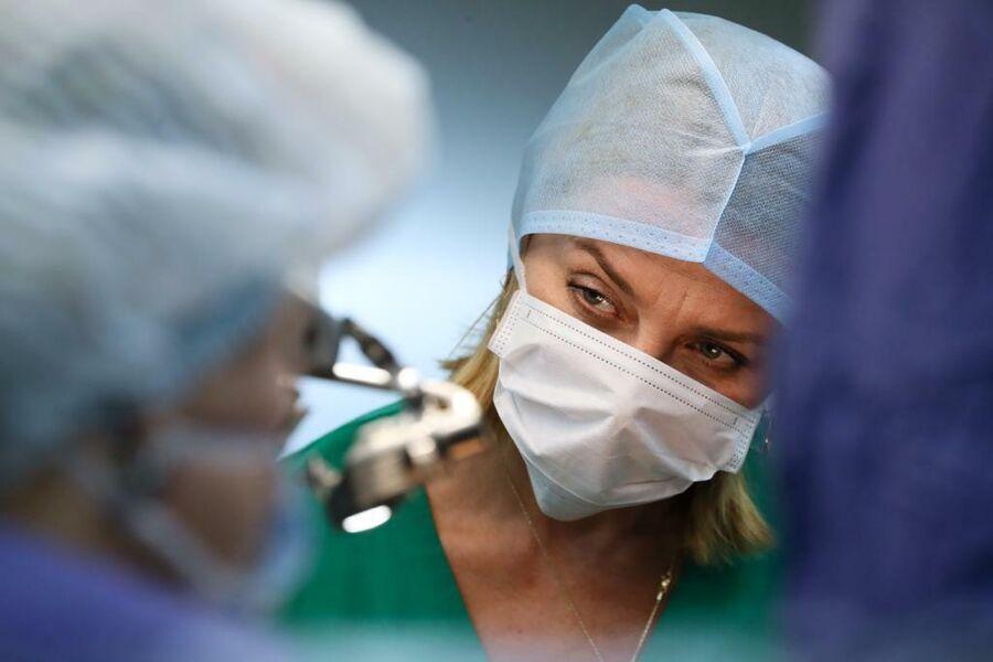 Татьяна Кирсанова наблюдает за кардиохирургом во время операции