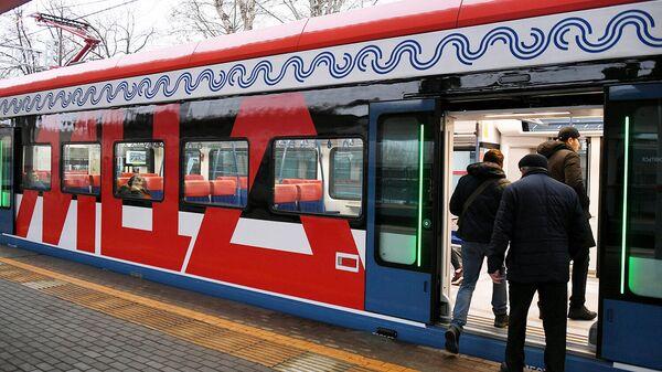 Пассажиры садятся в поезд Московского центрального диаметра