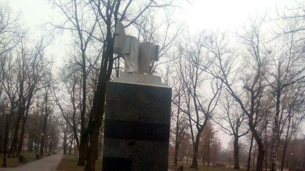Поврежденный памятник писателю Максиму Горькому в Харькове