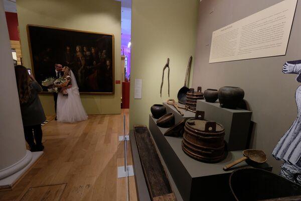 Экспонаты выставки Русская свадьба, посвященной свадебным традициям, в Государственном историческом музее в Москве