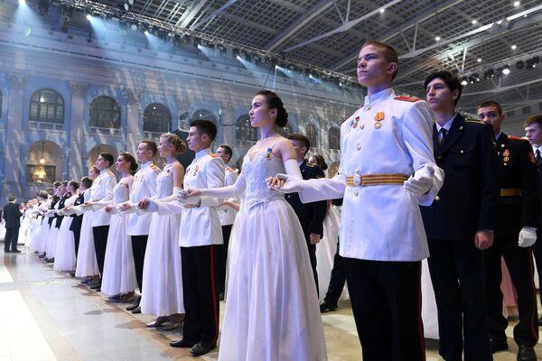 Участники IV Международного благотворительного кадетского бала, посвященного Дню Героев Отечества и 75-летию Победы в Великой Отечественной войне, в Гостином дворе в Москве