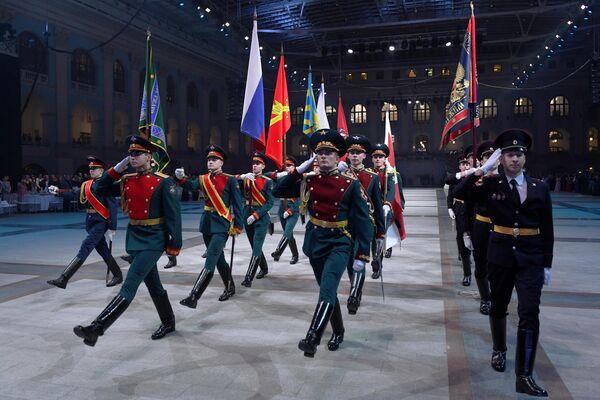 Знаменная группа на IV Международном благотворительном кадетском балу, посвященном Дню Героев Отечества и 75-летию Победы в Великой Отечественной войне, в Гостином дворе в Москве