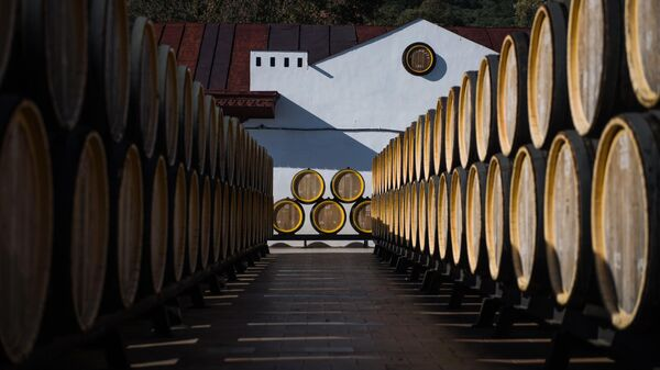 Дубовые бочки для вызревания вина марки Мадера на винодельческом предприятии Массандра