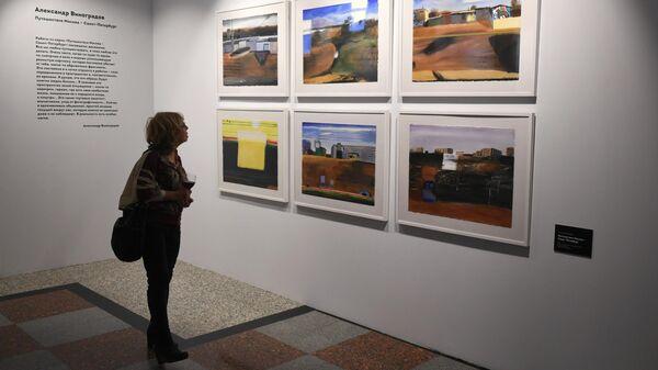 Посетитель на открытии выставочной экспозиции Исторический багаж в галерее Царская башня на Казанском вокзале в Москве