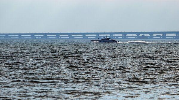 Патрульный катер проплывает мимо Крымского моста